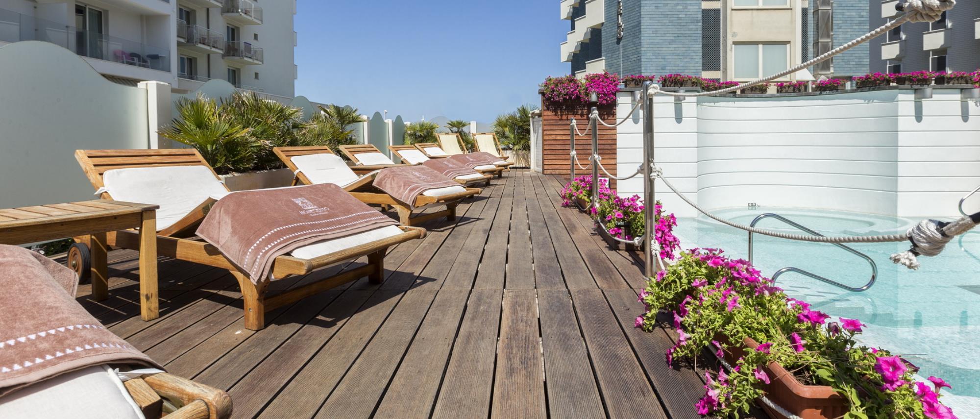 Piscina con lettini vista mare a riccione hotel novecento for Piscina riccione