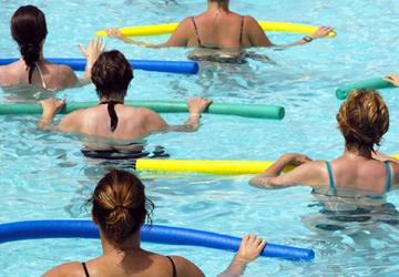 Ginnastica in acqua in piscina Hotel Novecento Riccione